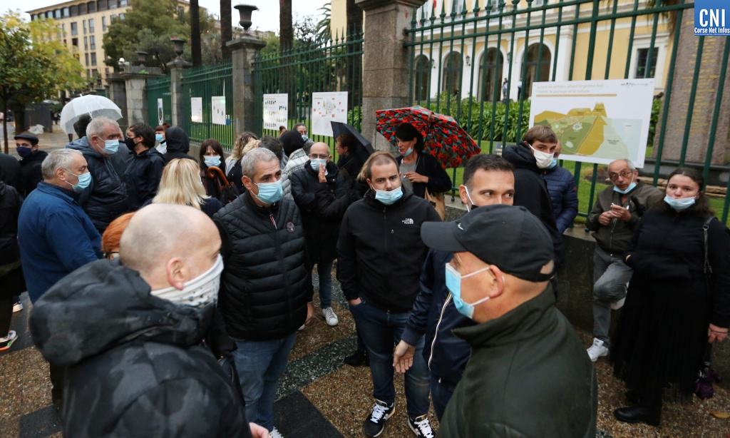 Les patrons de bars et restaurants devant la préfecture d'Ajaccio. Images Michel Luccioni