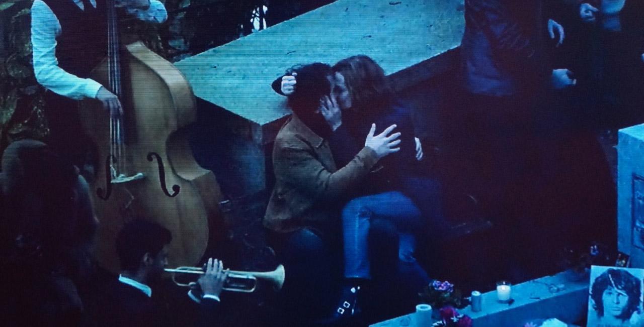 La scène du baiser entre Sigourney Weather et Gray Orsatelli © France2