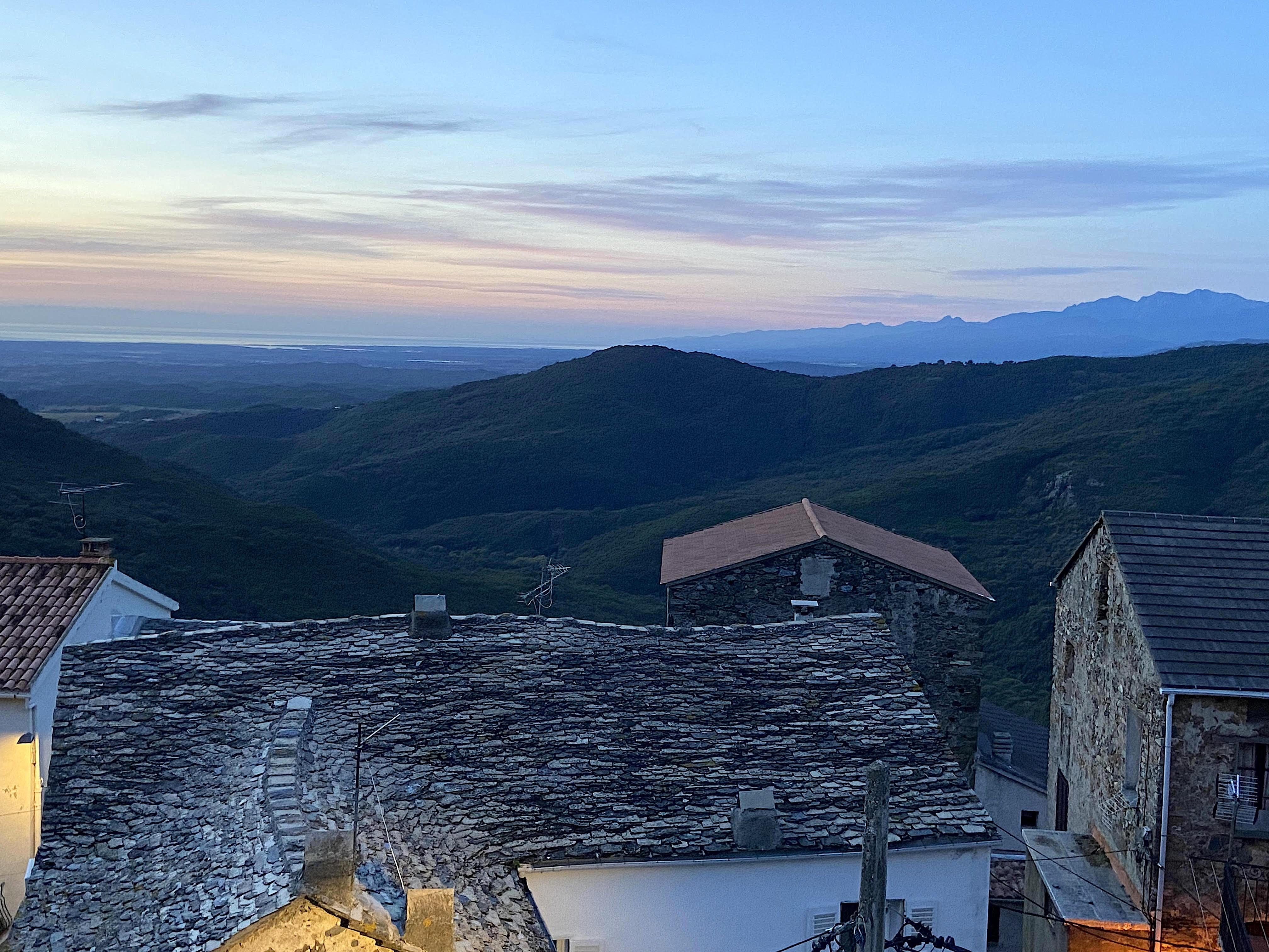 Lever du jour sur la mer et l'étang de Diana contemplé depuis le village de Tox. (Ghjuvanna et Petru Micheli)