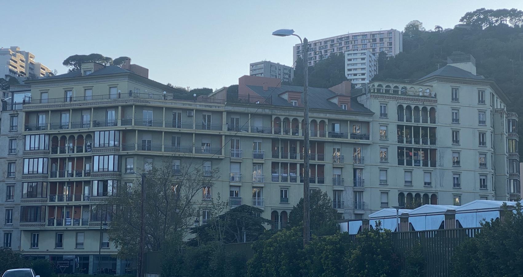 L'immeuble, le Cézanne derrière la gare