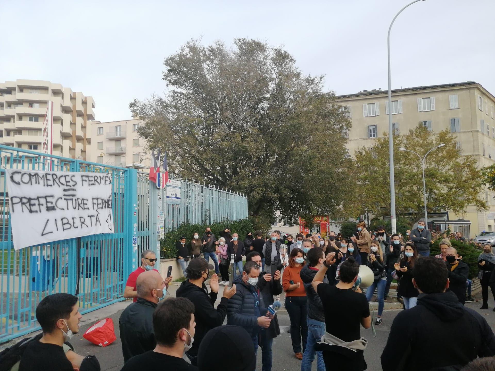 Une centaine de personnes s'est rassemblée devant la préfecture de Haute-Corse pour protester contre la fermeture des commerces jugés non essentiels