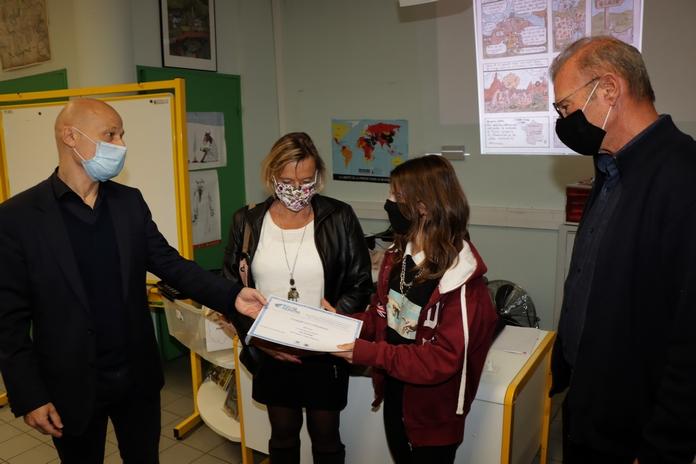 Eva entourée de ses parents reçoit son prix des mains du Principal Jean-Louis Angeli