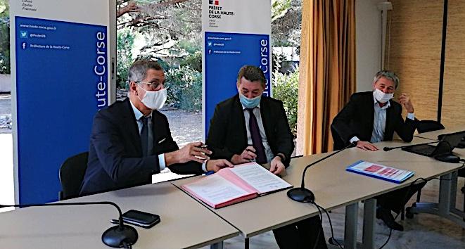 Pierre Savelli, maire de Bastia, François Ravier, préfet de Haute-Corse et Didier Medori, commissaire à la lutte contre la pauvreté pour la préfecture de Corse à la signature de la convention