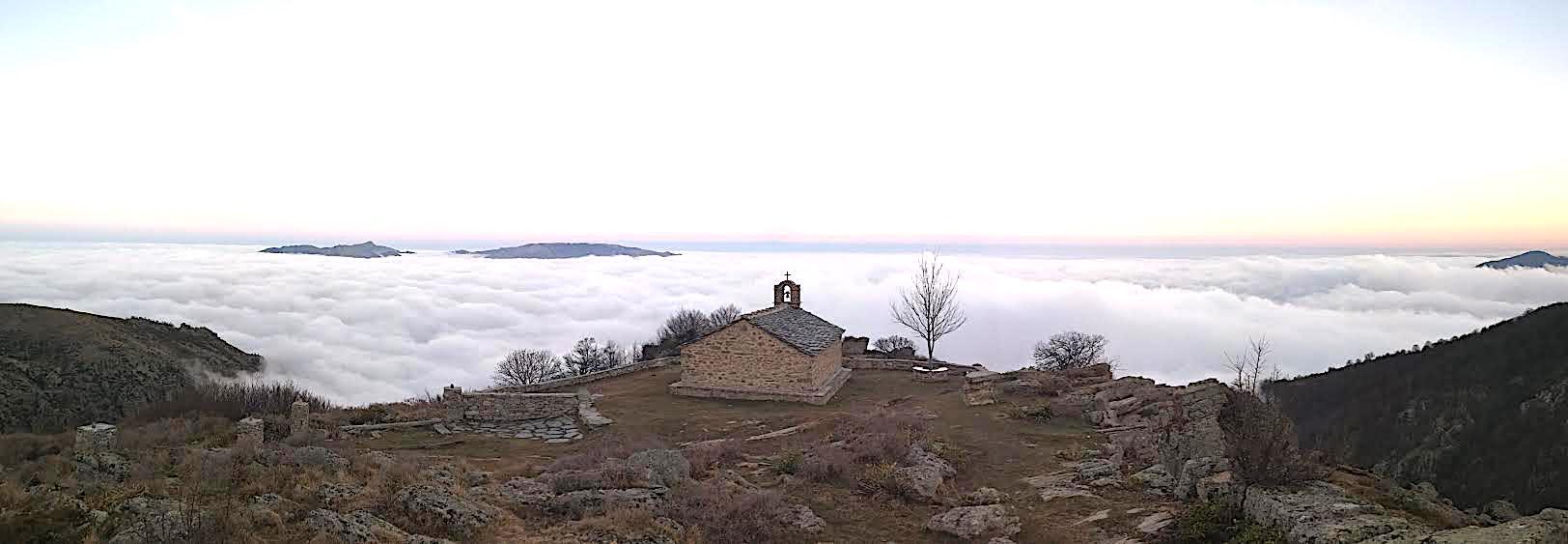 La photo du jour : la chapelle Sant'Eliseu  au-dessus des nuages