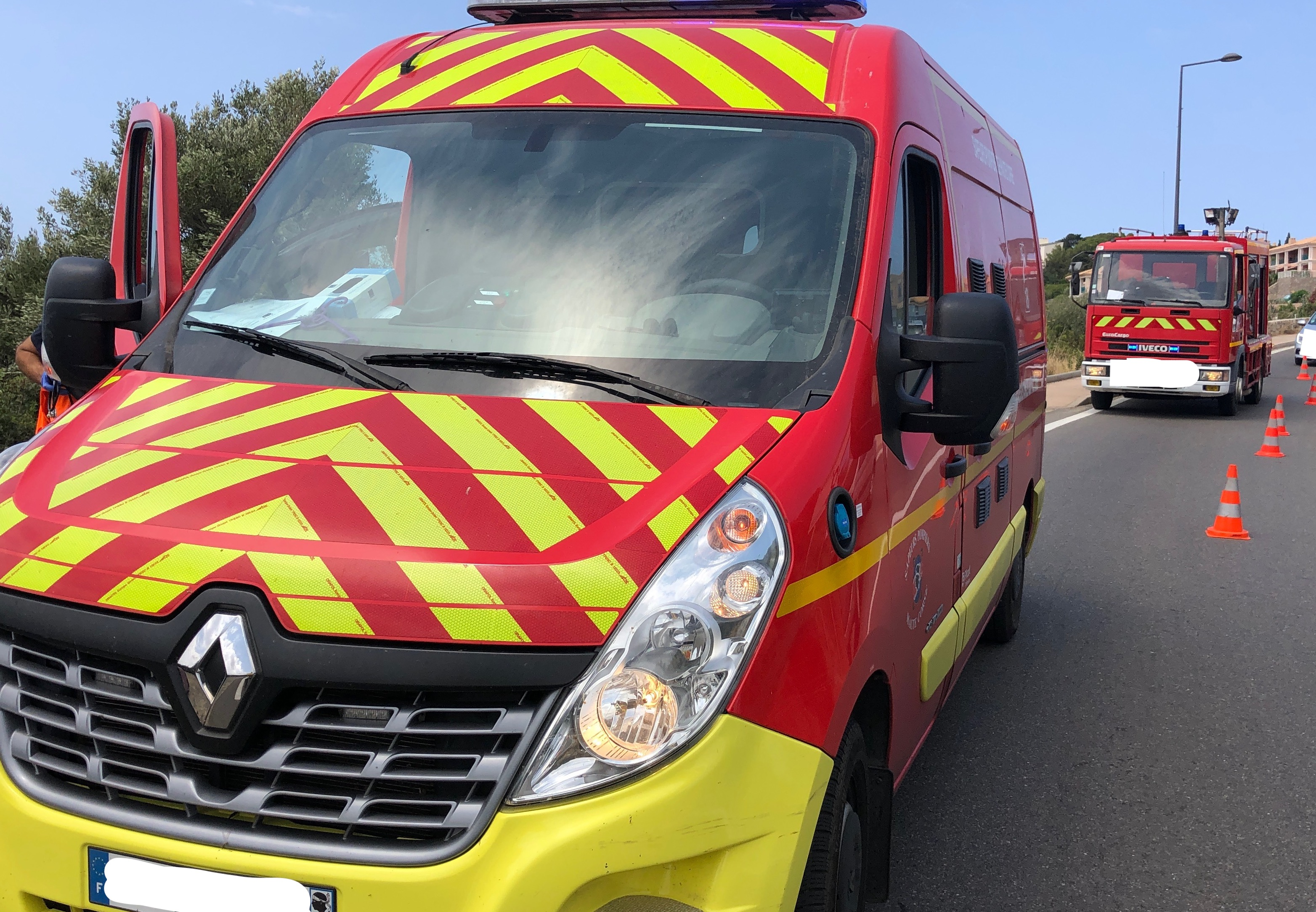Une voiture en feu après un accident de la circulation à Calvi