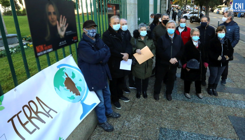 La coordination d'associations Terra devant les grilles de la préfecture à Ajaccio. (Photos Michel Luccioni)