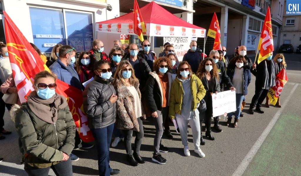 Les salariés du secteur social, médico-social et du handicap devant l'ARS à Ajaccio. Photo : Michel Luccioni