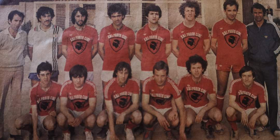 Gilles Guidicelli accroupi, (5e en partant de la gauche