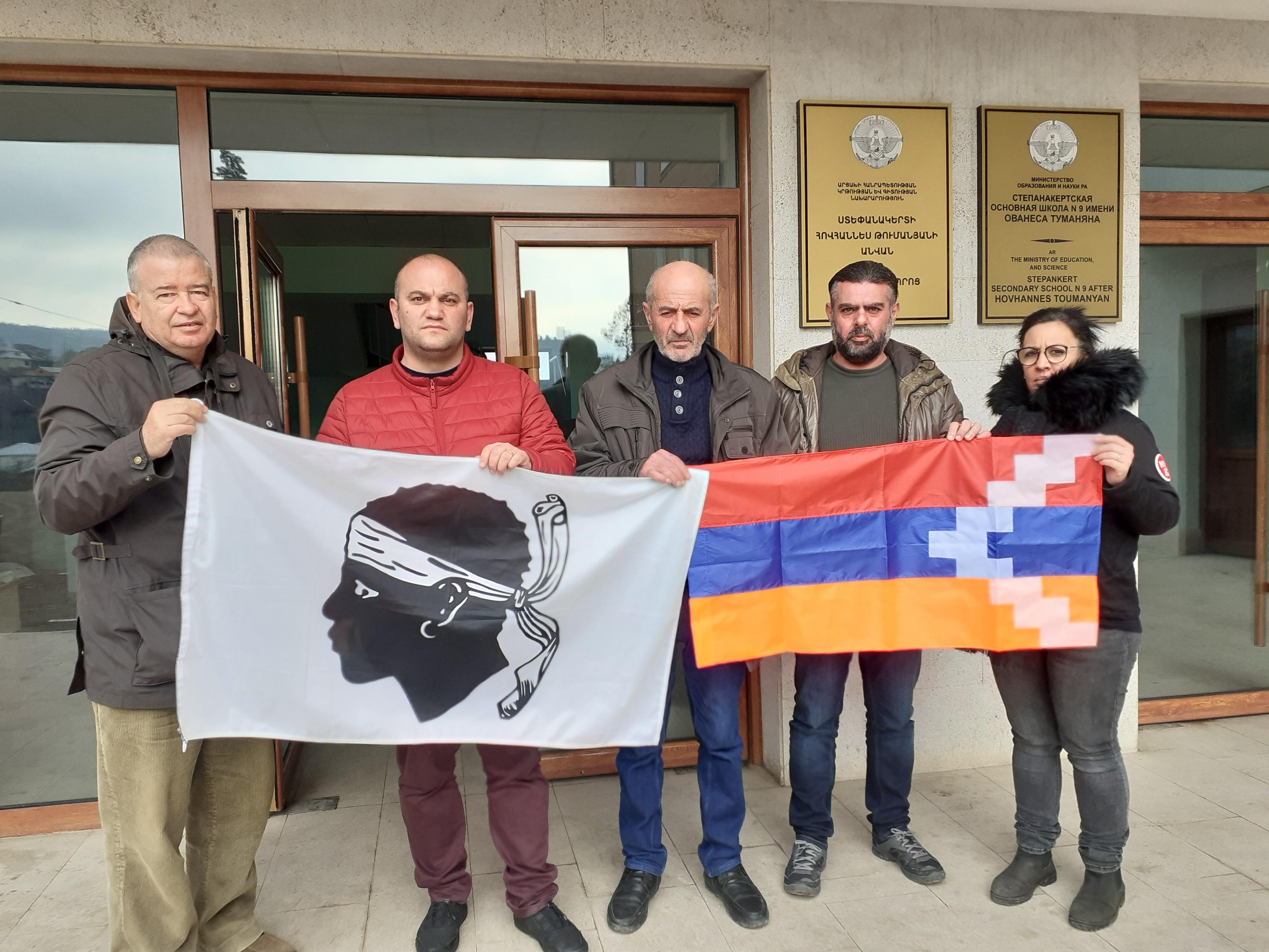 Les membres du comité de jumelage devant le lycée Hovhannes Toumanyan à Stepanakert, bombardé  pendant la guerre de novembre.