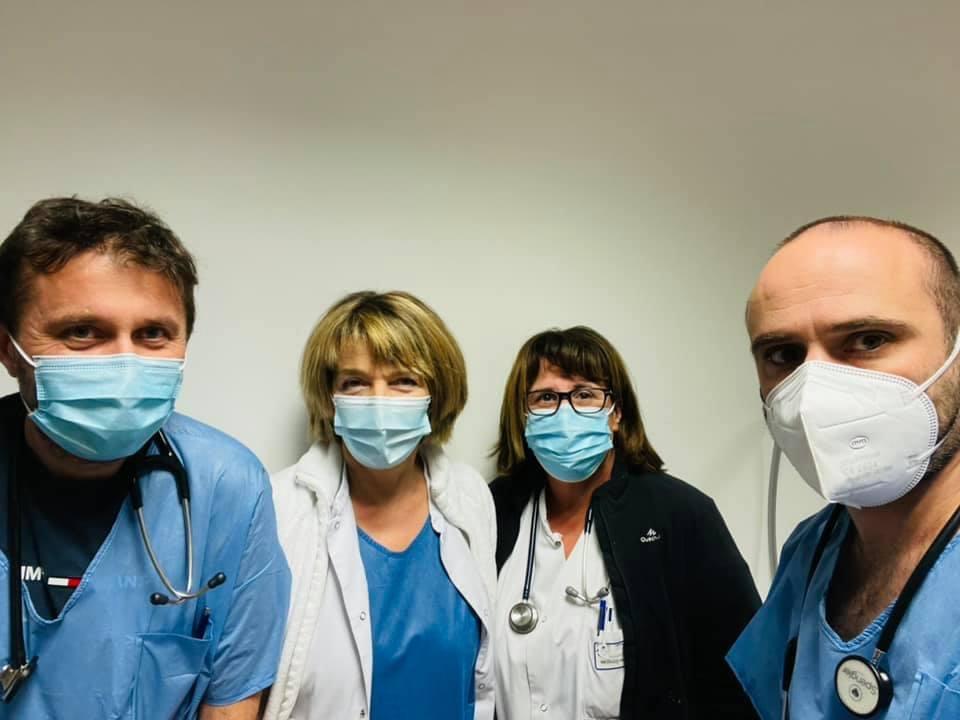 Photo Facebook du profil du Dr Carlini. Sur la photo le medecin avec le docteur Bianca Fazi et d'autres collègues