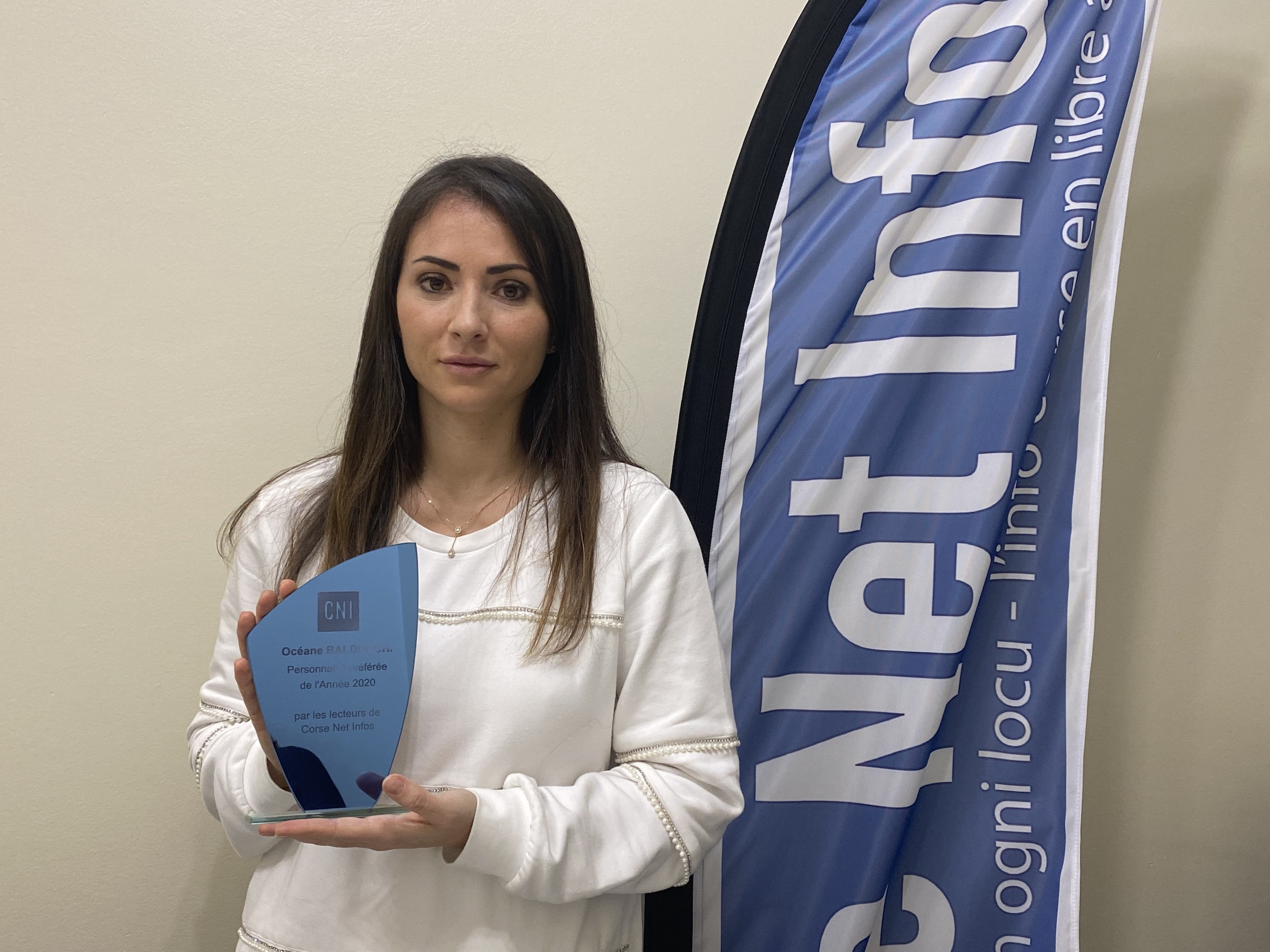 Océane Baldocchi, reçoit le prix des lecteurs de CNI