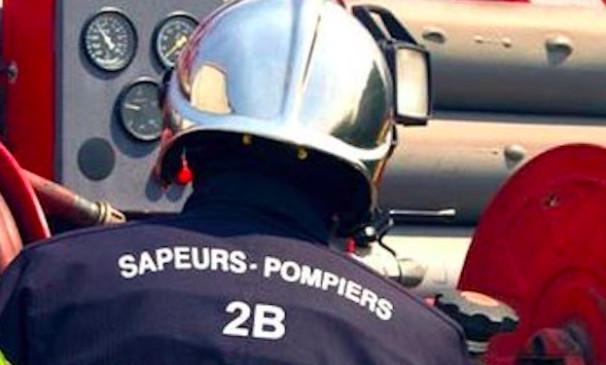 Cardu : feu de poubelles sur la place de l'église