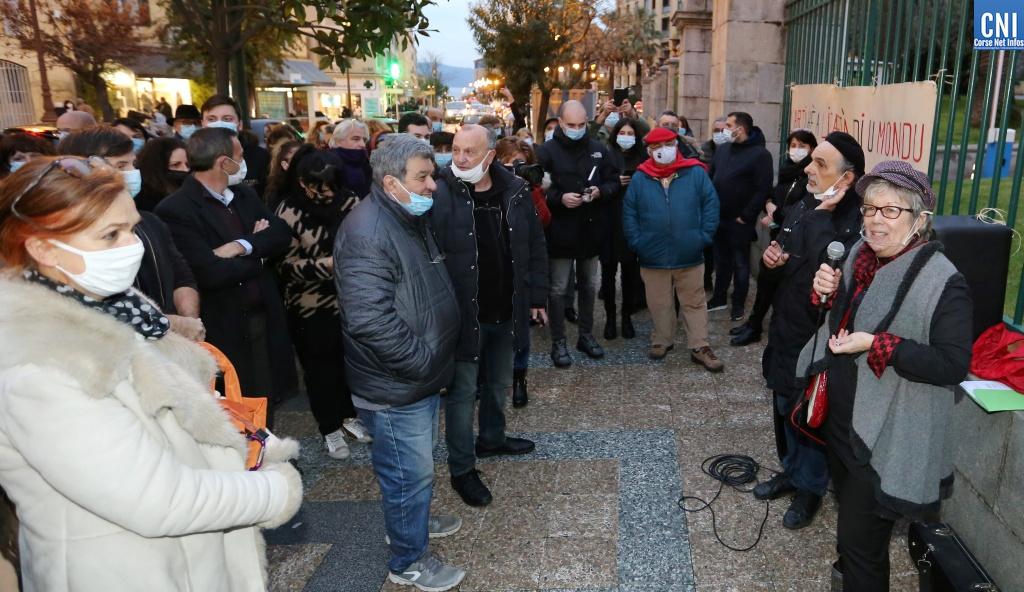 Le monde de la culture rassemblé devant la préfecture d'Ajaccio. Photo : Michel Luccioni