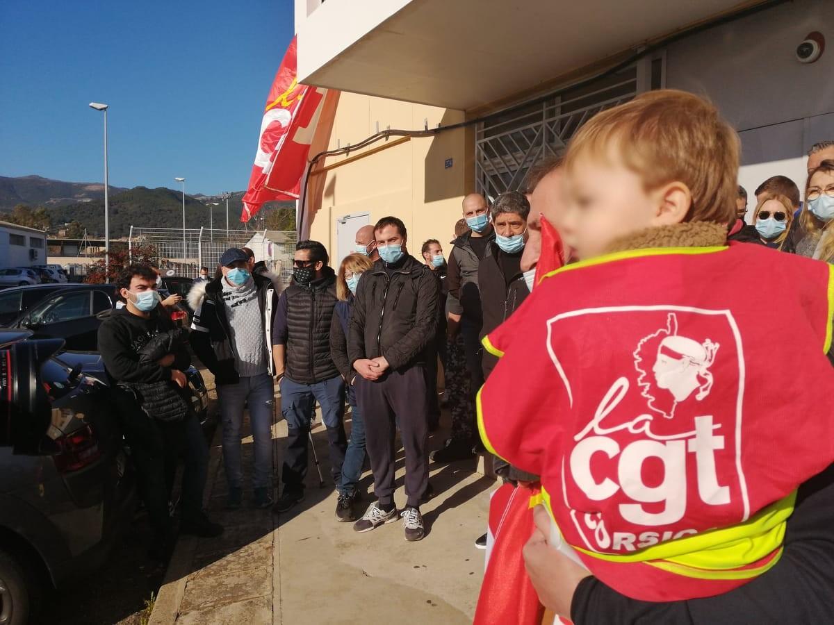 Une cinquantaine de salariés étaient présents devant le centre de tri de Furiani après une journée de travail débutée à 3 heures 30 du matin pour certains.