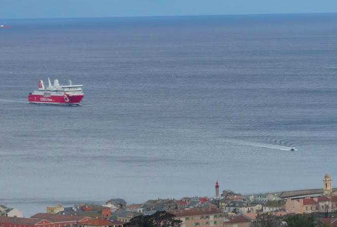 """Le """"Paglia Orba"""" se prépare à entrer dans le port de Bastia après 10 heures d'attente au large (Photo Marijo Costa)"""