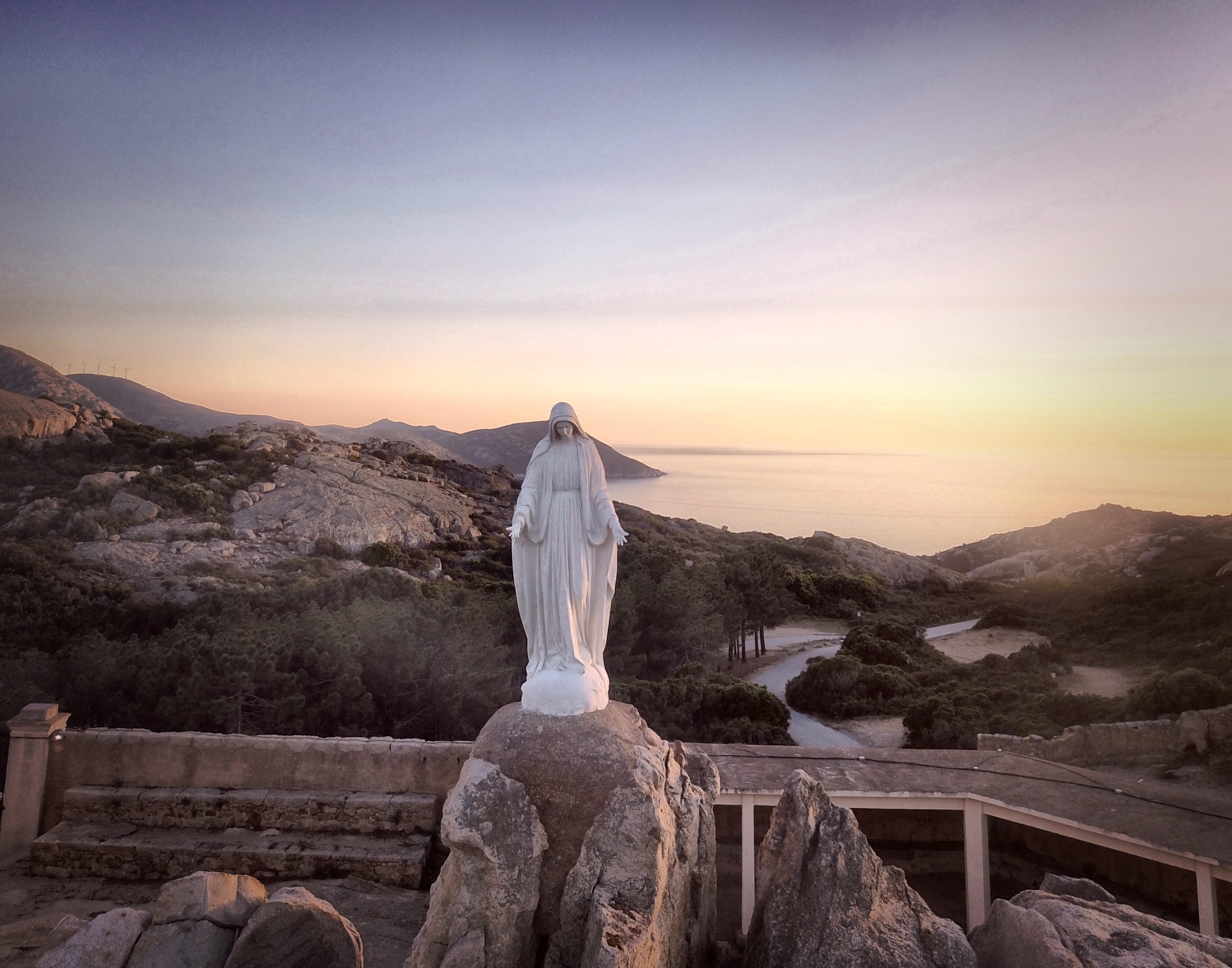 La photo du jour : coucher du soleil sur Notre-Dame de la Serra