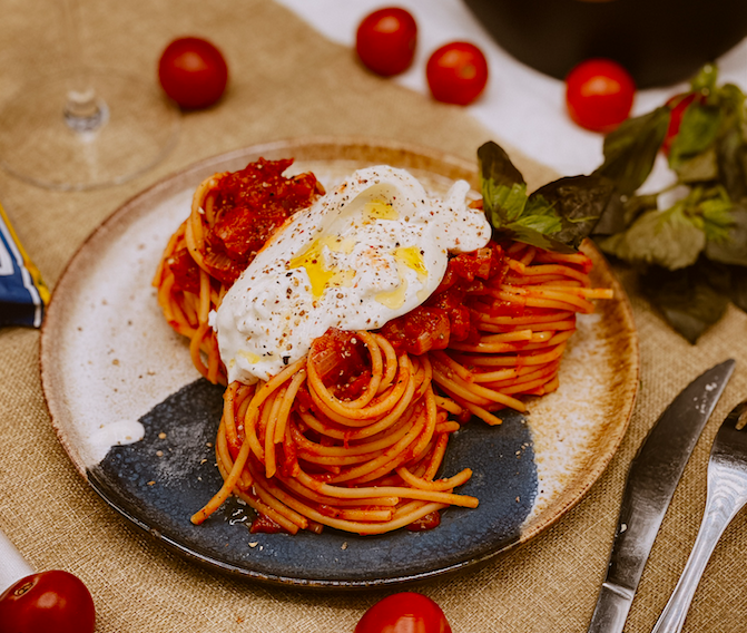A table : la recette spaghetti à la Burrata sauce tomate au basilic avec... la Petite Cuisine de Marie