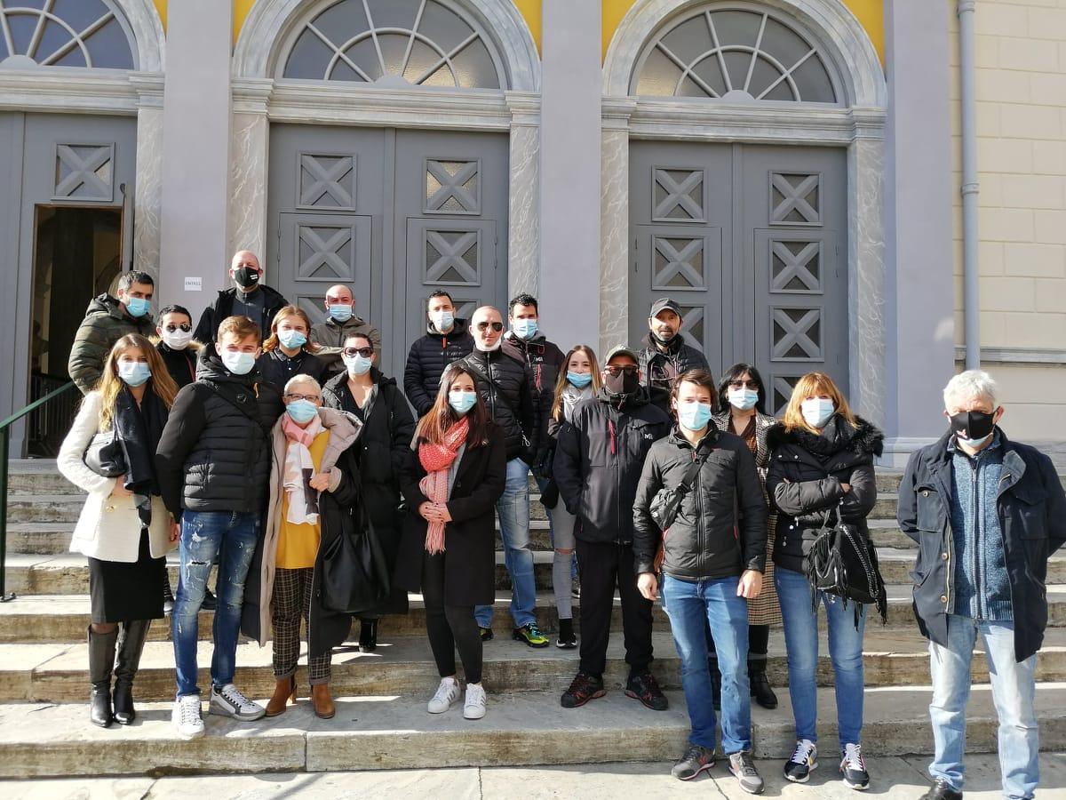 Matteu Giona entouré de ses proches et des militants de Ghjuventù Libera et de Corsica Libera à la sortie du tribunal ce mercredi 17 février 2021. Crédits Photo : Pierre-Manuel Pescetti