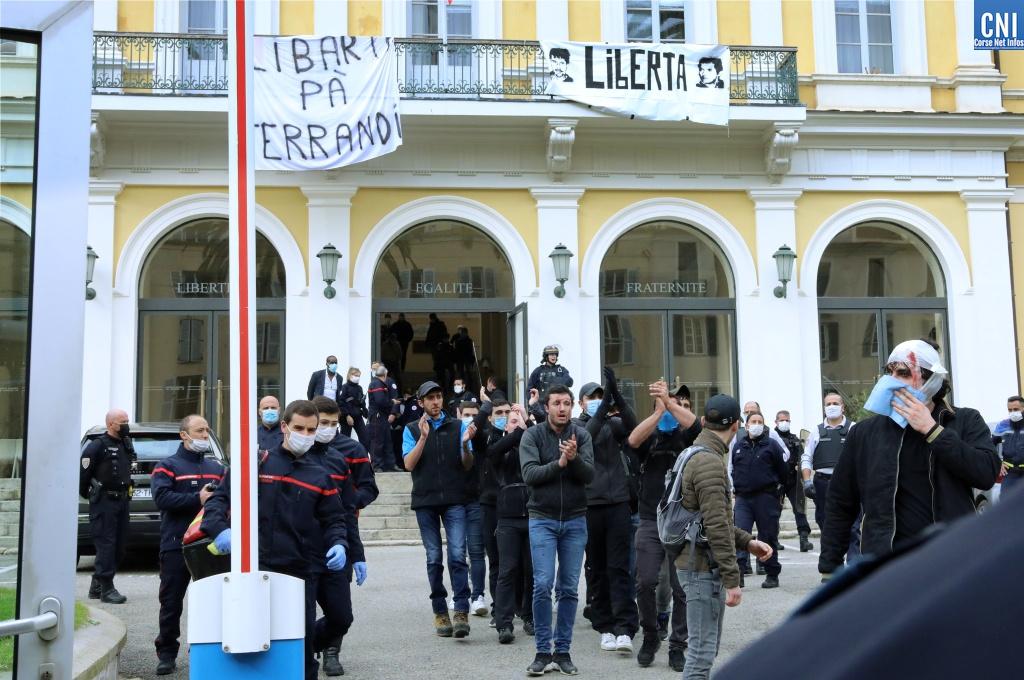 Les manifestants quittant la préfecture d'Ajaccio. Photo : Michel Luccioni