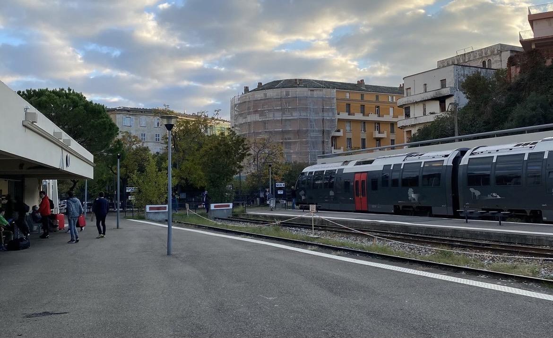 Train en gare de Bastia.