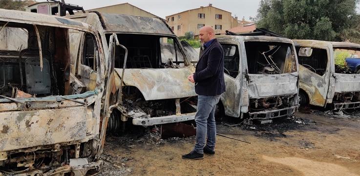 Lionel Mortini devant les camions incendiés