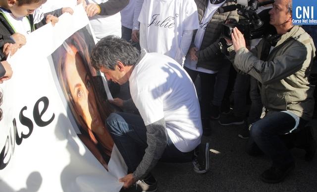 Lucien Douib prostré devant le portrait de sa fille Julie