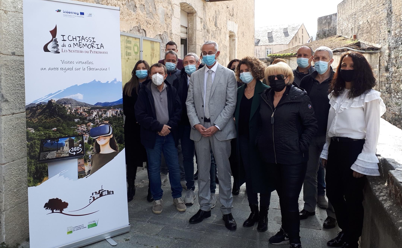 Le président de l'Office de l'environnement de la Corse et les maires de la ComCom 4C devant l'Office du tourisme à Corti.