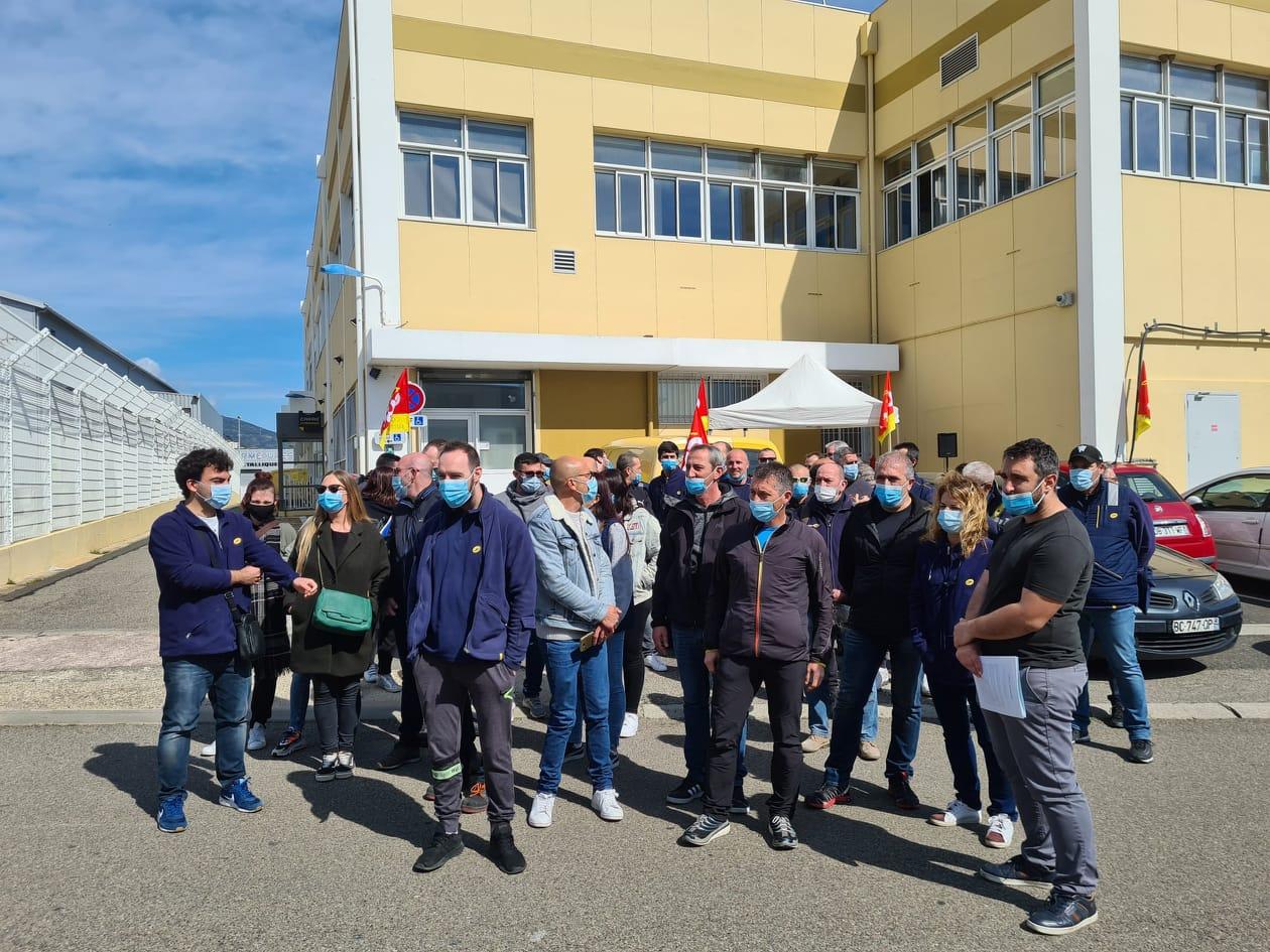 Une quarantaine d'employés de la Poste de Haute-Corse était mobilisée ce jeudi 18 mars devant le centre de tri de Furiani. Crédits Photo : Pierre-Manuel Pescetti