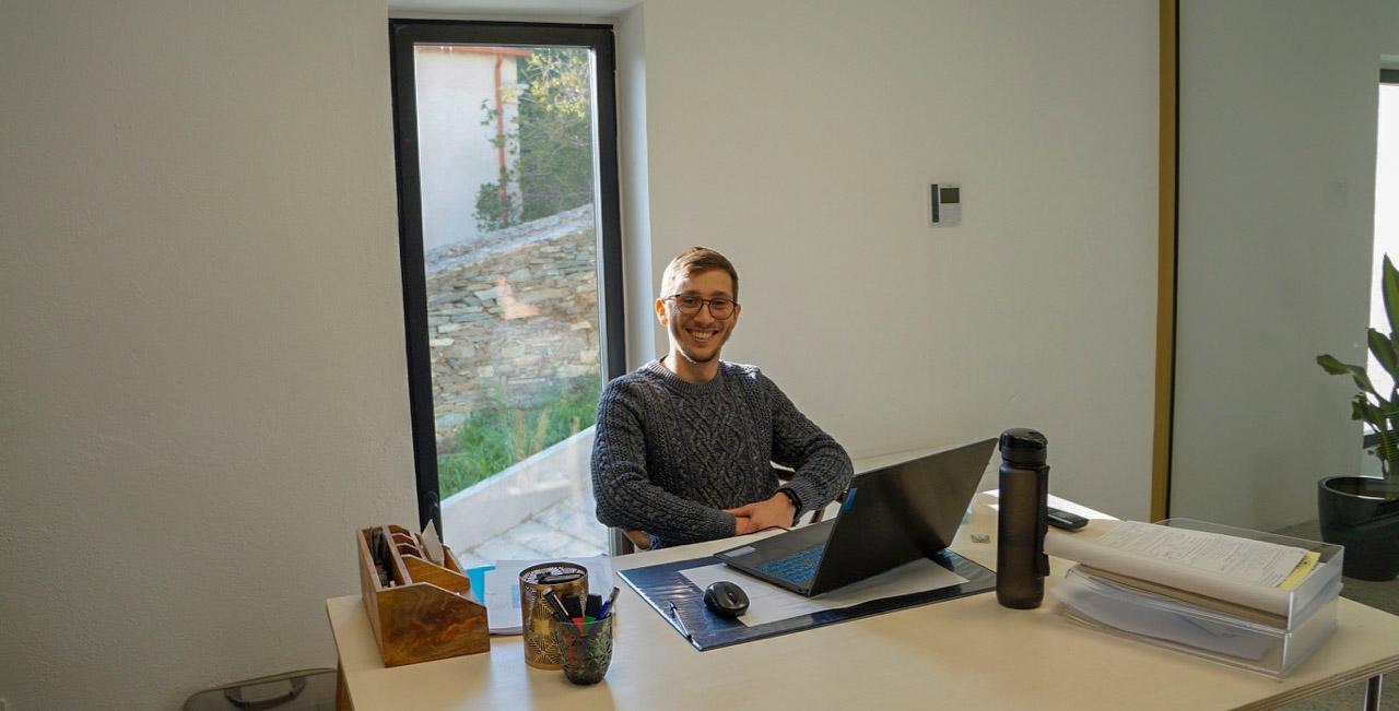 Vincent Colonna dans son bureau, au cœur du coworking La Chapelle