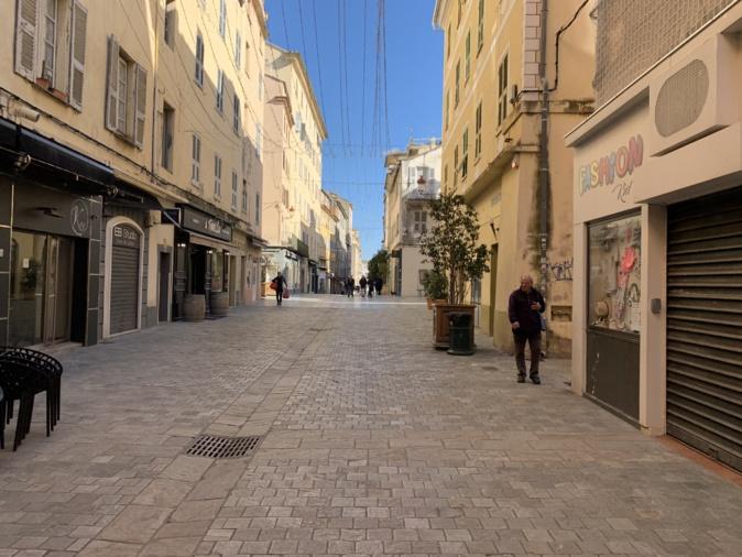 Les stores des commerces de la rue Napoléon à Bastia sont longtemps restés fermés en 2020. Crédits Photo : CNI