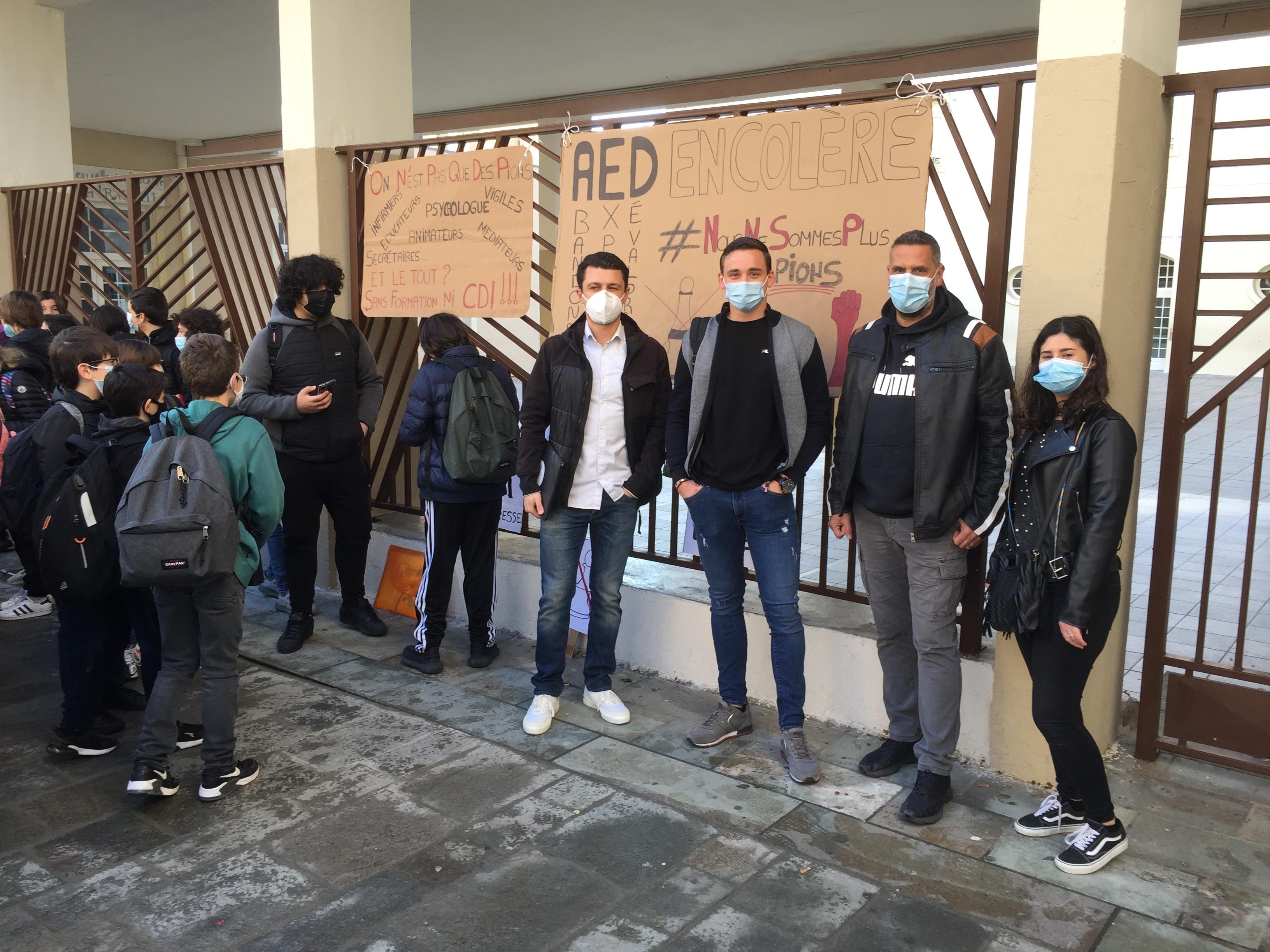 Les AED de Haute-Corse se sont rassemblés par goupes devant plusieurs établissements scolaires