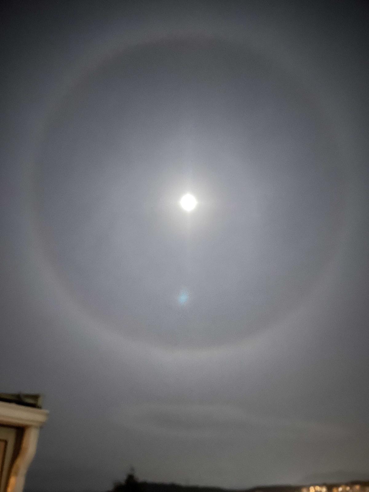 Halo lunaire dans le ciel d'Ajaccio