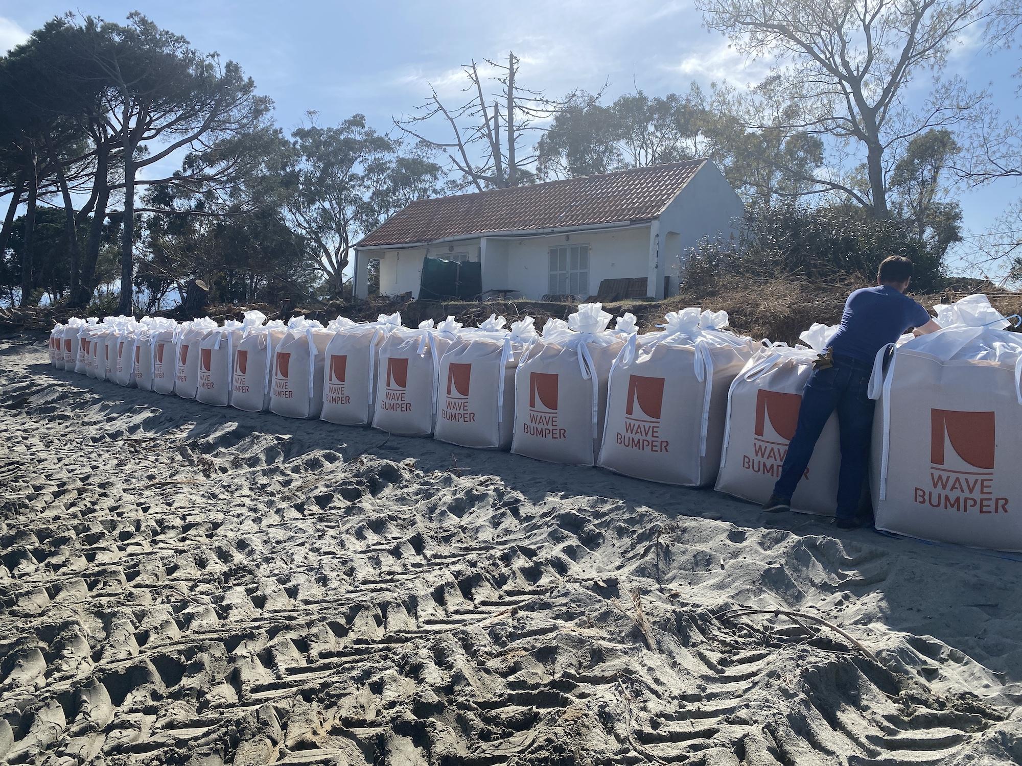 Des sacs de sable de deux tonnes pour empêcher la mer de grignoter les parcelles des riverains.