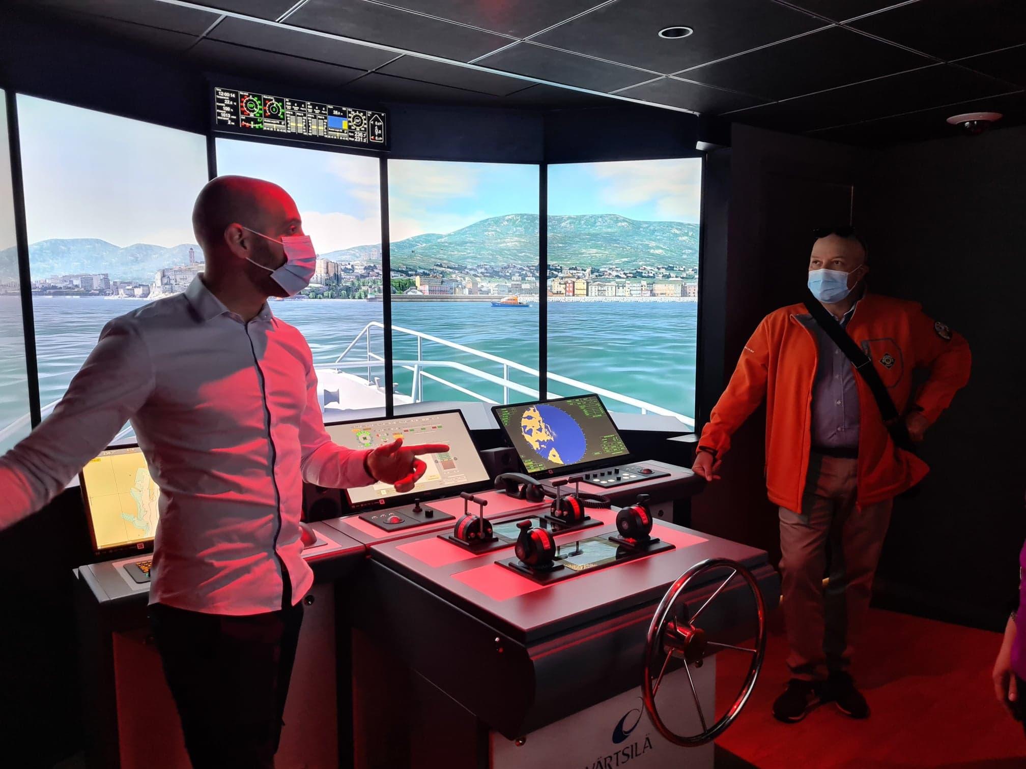 Julien Cometto, directeur adjoint du lycée présente le simulateur aux équipes de la SNSM. (Photo Pierre-Manuel Pescetti)