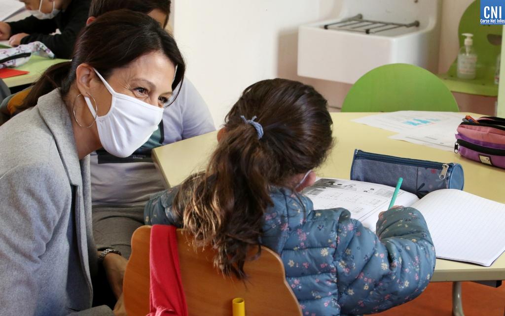 La rectrice de Corse Julie Benetti, en visite dans l'un des 19 pôles d'accueil de l'académie, l'école Jérôme Santarelli à Ajaccio. Photo : Michel Luccioni