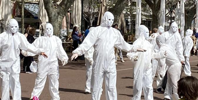 Les « Masques Blancs » dans les rues de Bastia