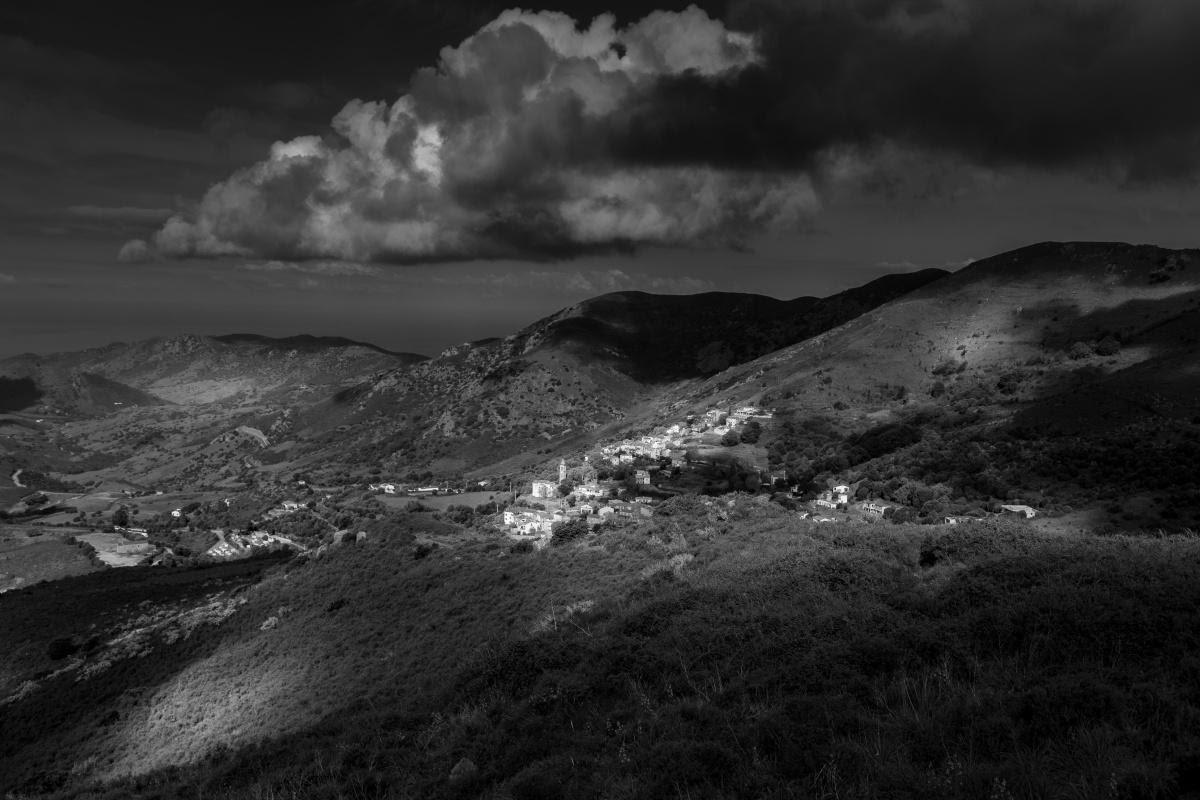 Vue d'Appiettu depuis le sentier du Monte Gozzi à la faveur d'une percée lumineuse (Photo JEan-Claude-Camu)