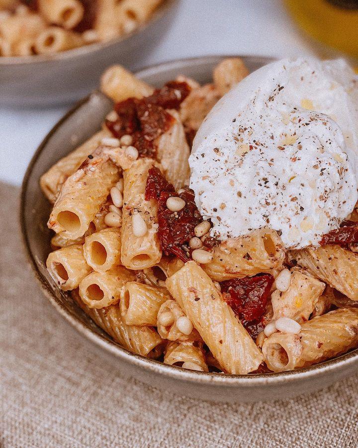 A table : pâtes crémeuses aux tomates séchées et burrata avec la Petite cuisine de Marie