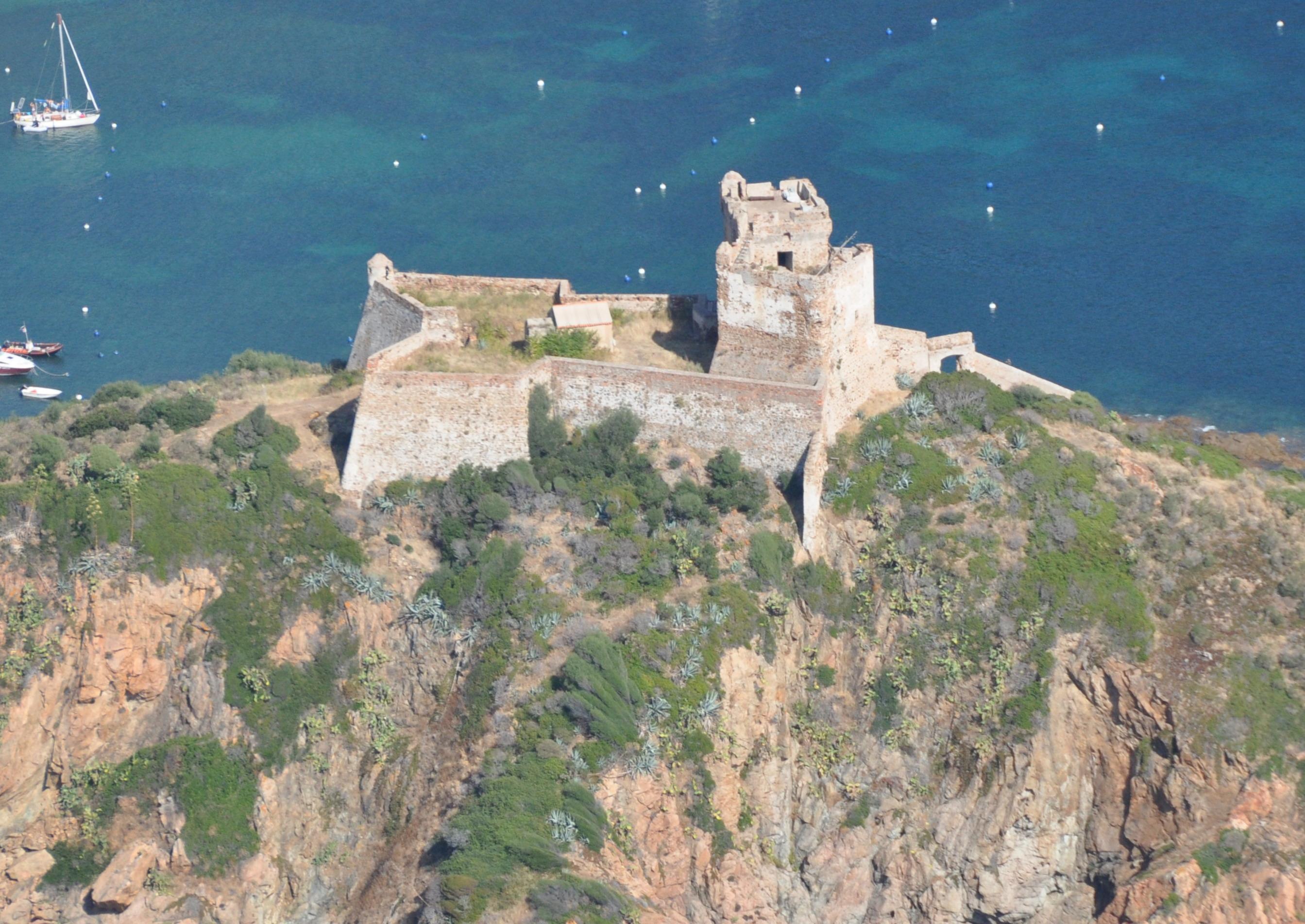 Vue aérienne du fortin de Girolata avant les opérations archéologiques. Crédits Photo : A. Gauthier.