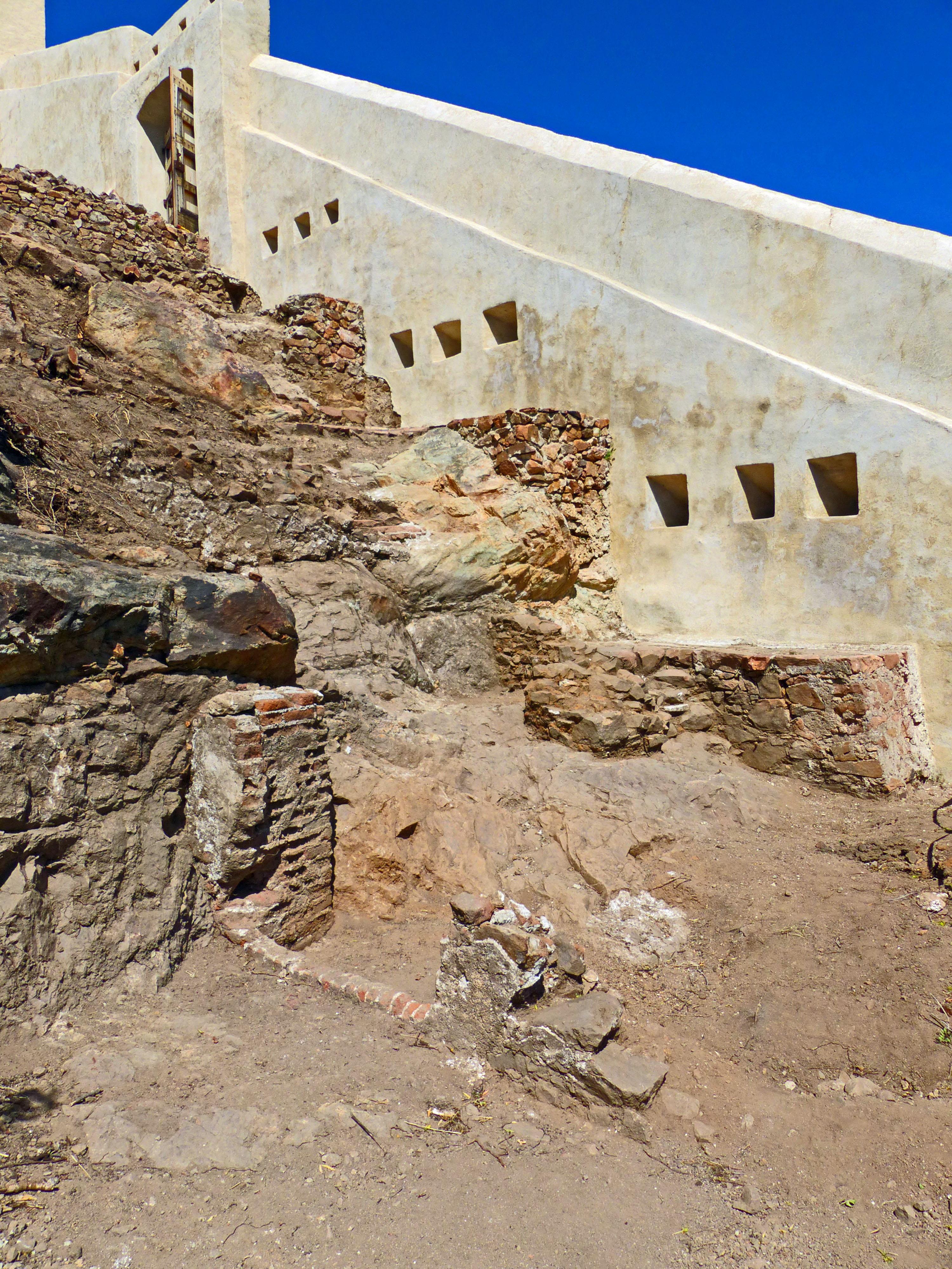 Mise au jour du chemin de ronde avec paliers et escalier sur la fortification initiale barrant l'éperon. Crédits Photo : A. Huser, Inrap.