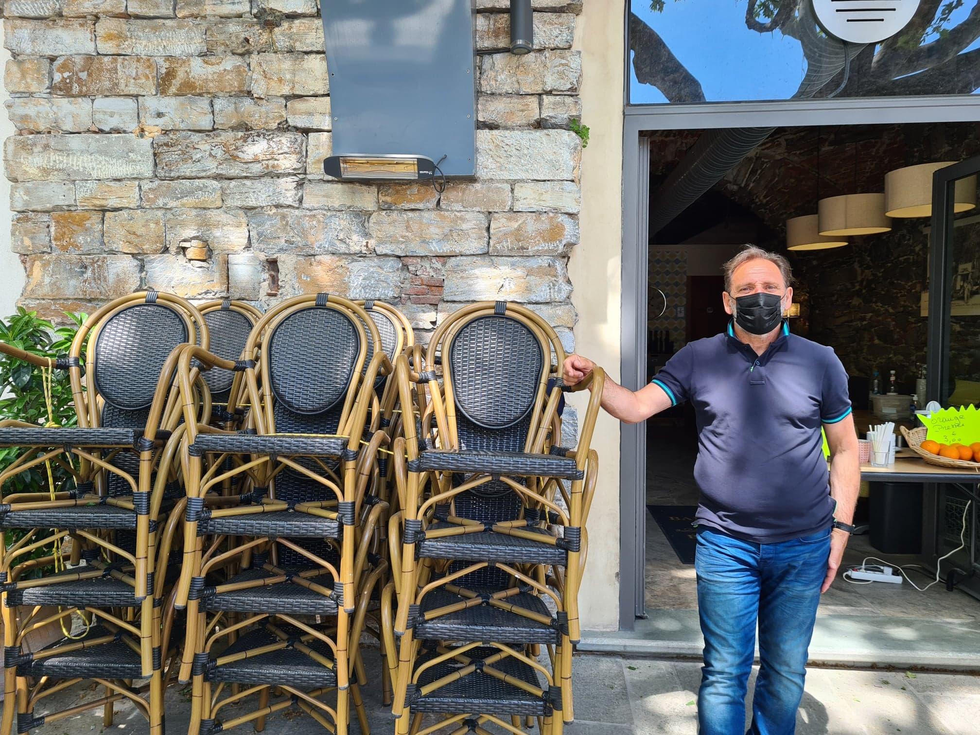 Chaises et tables empilées ne devraient être qu'un mauvais souvenir dès le 19 mai pour Jean-Claude Remitti. Crédits Photo: Pierre-Manuel Pescetti
