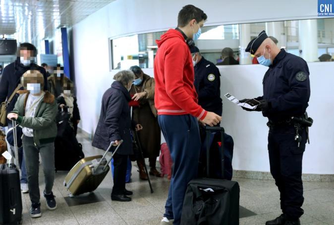Un controle à l'aeroport d'Ajaccio, archives CNI (photo Michel Luccioni)