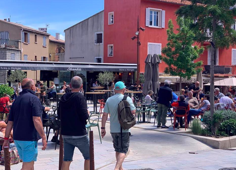 Les bars et les restaurants avaient retrouvé des couleurs dès la mi-journée comme cela était le cas sur la place de la République.