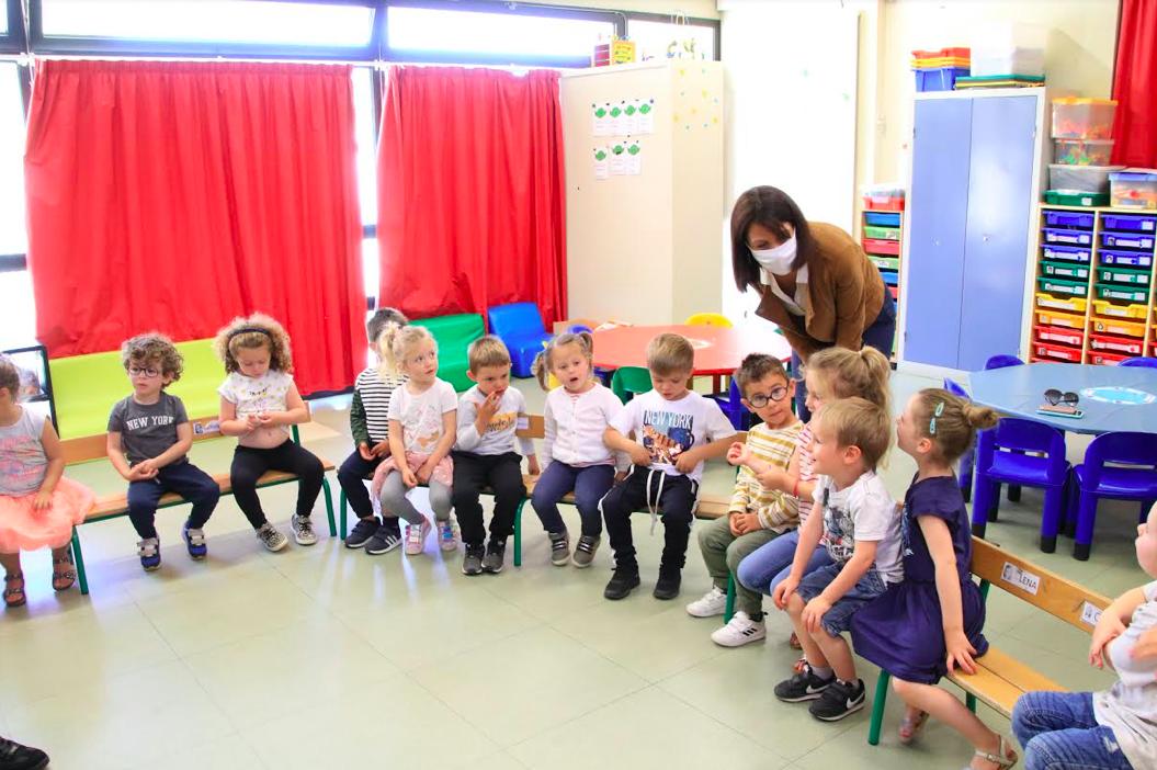 La rectrice à l'école de Mezzana et initiation à la pelote basque des élèves