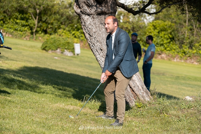 Bathélèmy Colombani, maire de Costa s'essaie au Golf (Photos Eyefinity Prod/Kevin Guizol