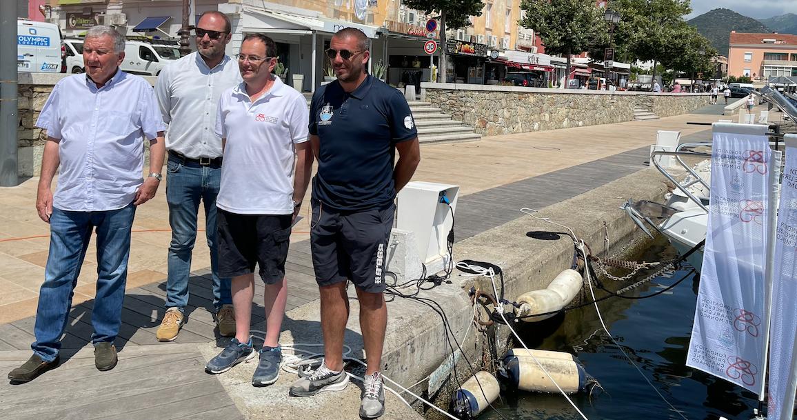 Claudy Olmeta, le maire de Saint-Florent (à gauche) a réceptionné le matériel offert par Pascal Granero, directeur général (au centre) de la Fondation Princesse Charlène de Monaco