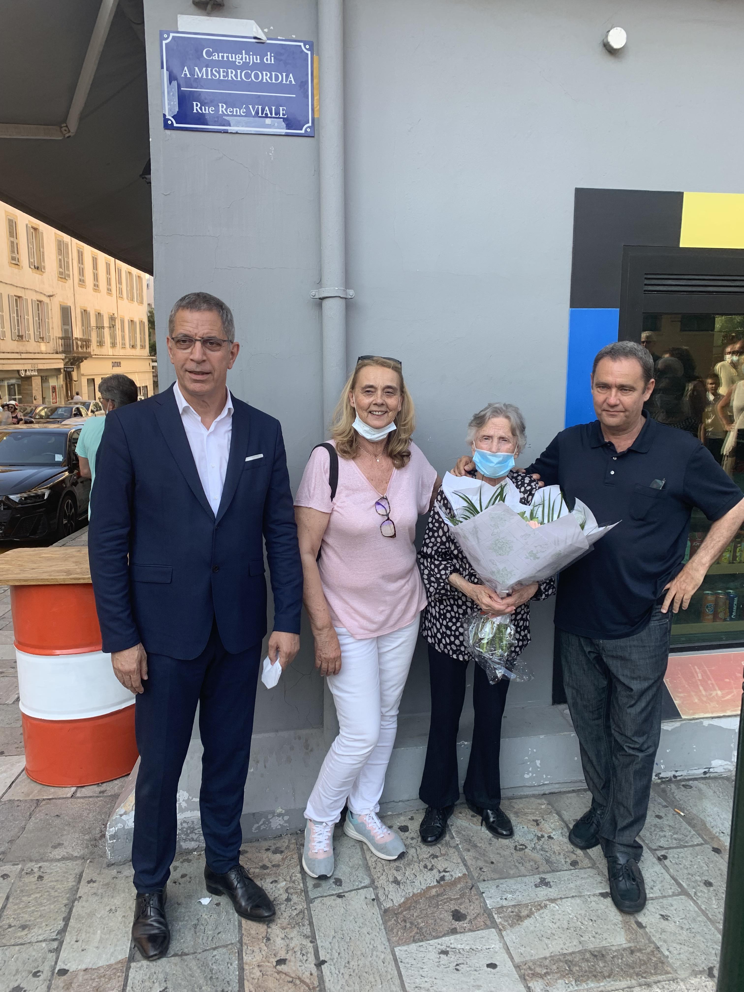 Pierre Savelli, Michèle de Bernardi, Yvette Viale et Bati Croce devant la plaque de rue portant le nom de René Viale