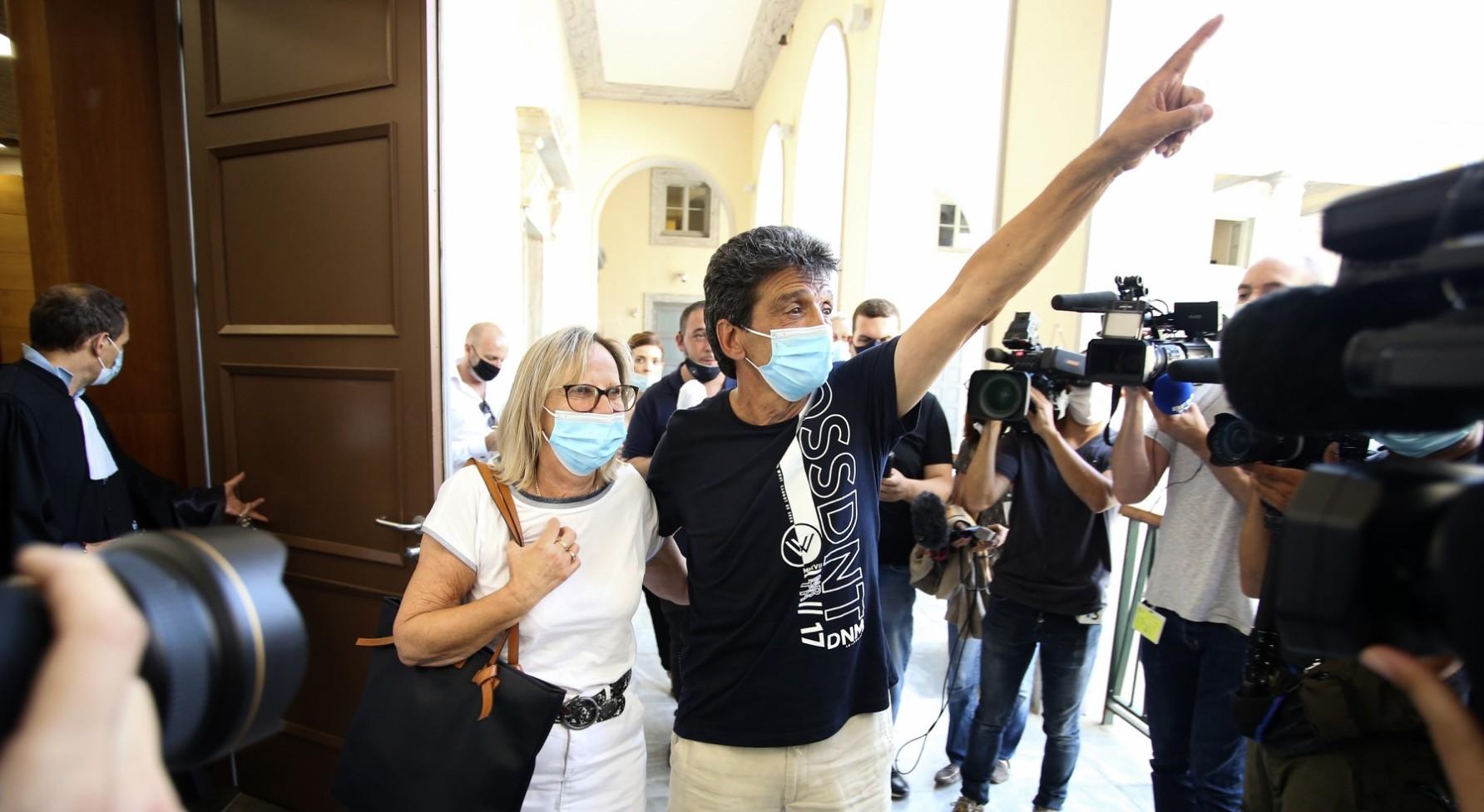 Le père et la mère de Julie Douib après l'énoncé du verdict  (AFP / Pascal POCHARD-CASABIANCA)