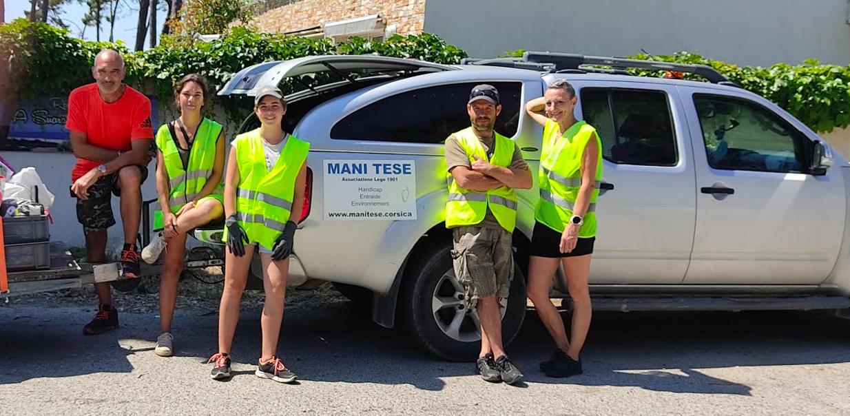 Pluaiurs bénévoles de l'association Mani Tese