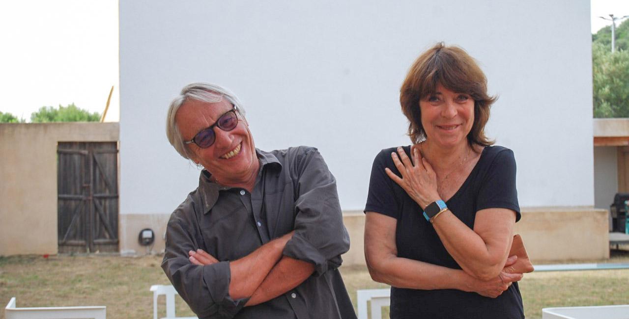 Alain Remond et Claudine Cornillat devant l'écran du Fogata